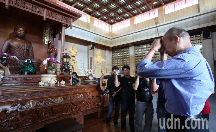 高雄市長韓國瑜今天到阿蓮區光德寺參加祈福法會,並上香祈福。記者劉學聖/攝影