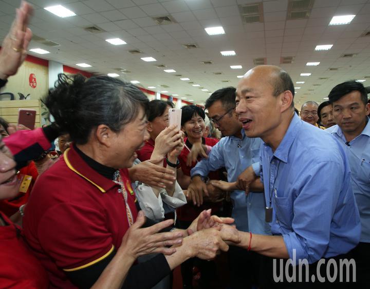 高雄市長韓國瑜(右)今天到阿蓮區光德寺參加祈福法會,並向信眾親切握手致意。記者劉學聖/攝影