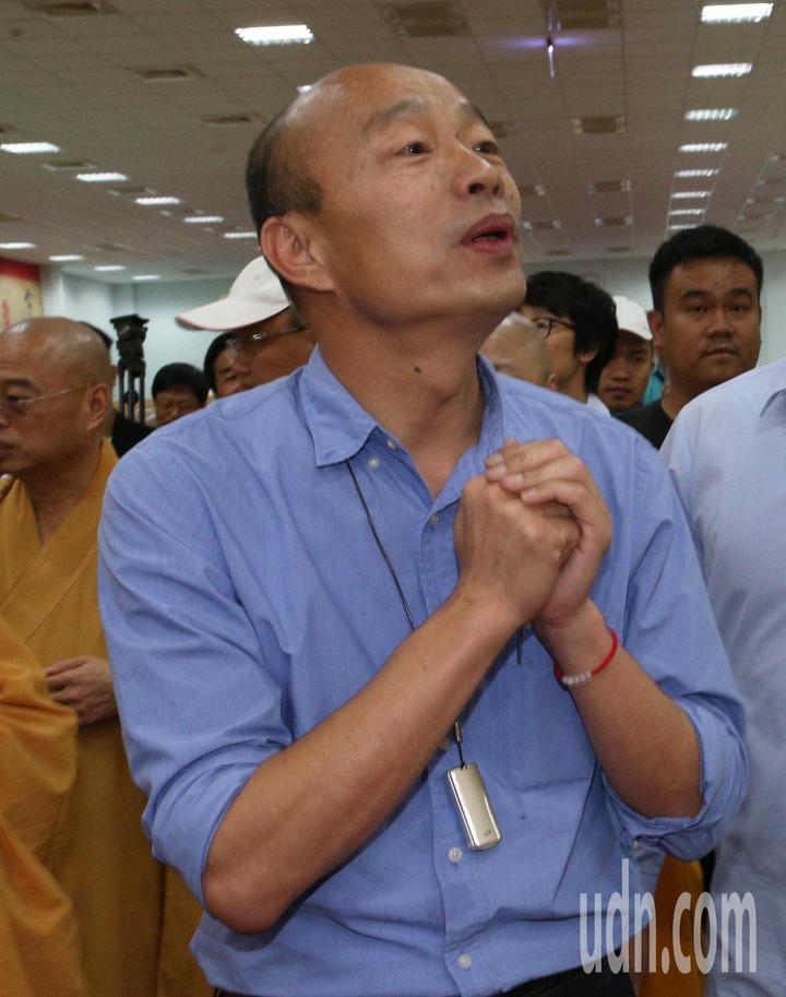 高雄市長韓國瑜今天到阿蓮區光德寺參加祈福法會,並向信眾親切握手致意。記者劉學聖/攝影