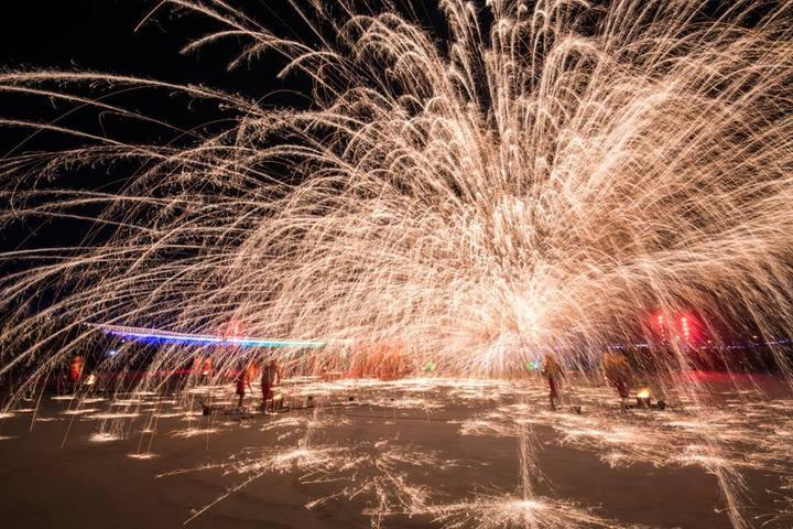 重慶銅梁火龍流星火雨的場面相當震撼,也成為元宵節遊客爭睹的表演。圖/南投縣政府提供
