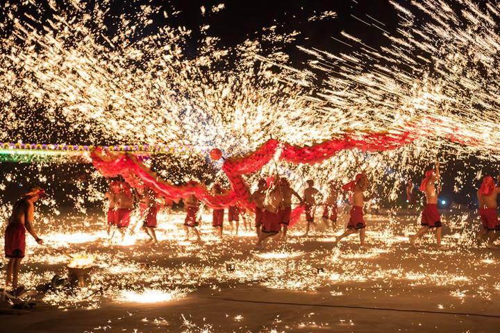 重慶銅梁火龍展現傳統民俗技藝的精華,流星火雨場面讓觀眾相當震撼。圖/南投縣政府提供