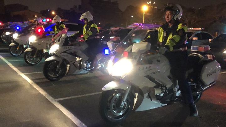 台南警方深夜同步執行雷霆掃蕩酒駕專案,強化執法密度及廣度,誓言讓酒駕在台南市無所遁形。記者邵心杰/攝影