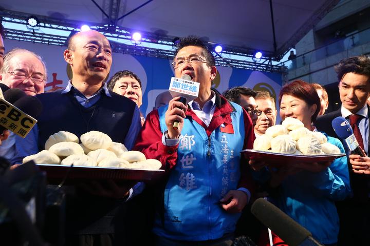 高雄市長韓國瑜(左)與台中市長盧秀燕(右)合體到三重幫立委補選參選人鄭世維(中)站台造勢。記者葉信菉/攝影