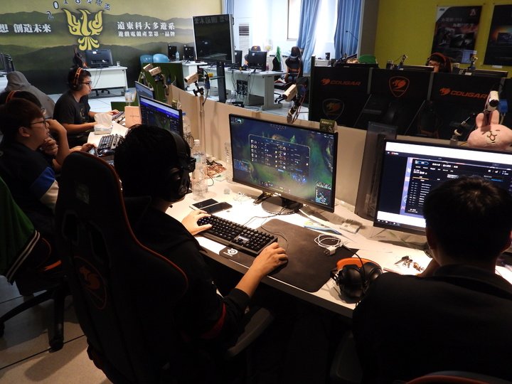 遠東科大電競專業教室有企業贊助軟硬體器材,學生有標準設施隨時可上練習。記者周宗禎/攝影
