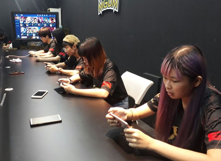 遠東科大多遊系甄選電競好手組成職業隊,26日成軍將參加「王者榮耀」手機線上手機遊戲職業賽。記者周宗禎/攝影