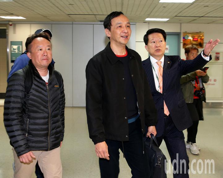 前新北市長朱立倫(中)結束美國矽谷訪問,24日清晨搭乘長榮航空公司班機返抵桃園機場。記者陳嘉寧/攝影
