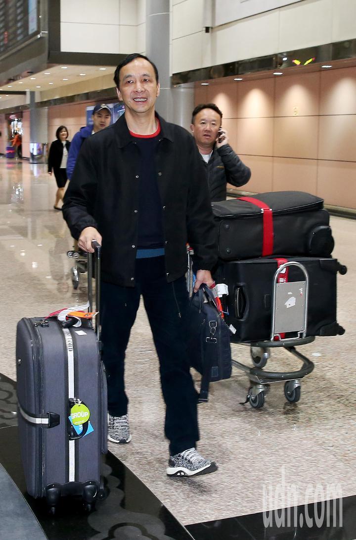 前新北市長朱立倫(左)結束美國矽谷訪問,24日清晨搭乘長榮航空公司班機返抵桃園機場。記者陳嘉寧/攝影