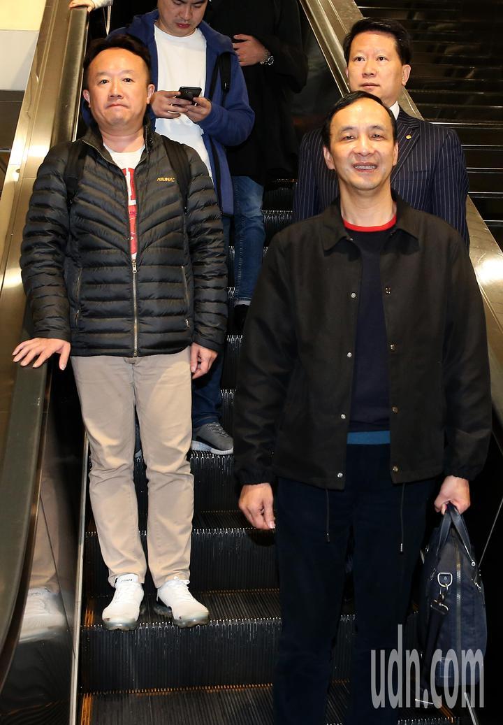 前新北市長朱立倫(前右)結束美國矽谷訪問,24日清晨搭乘長榮航空公司班機返抵桃園機場。記者陳嘉寧/攝影