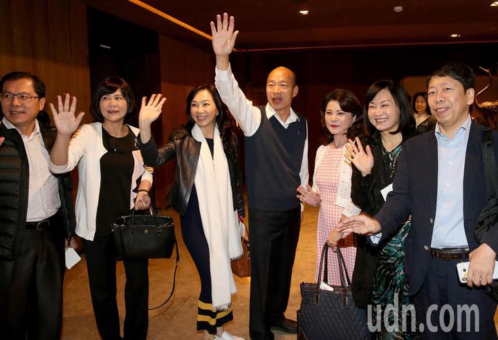高雄市長韓國瑜夫婦(右四及右五)就任後首度出訪,24日清晨率團前往馬來西亞、新加坡等地訪問。記者陳嘉寧/攝影
