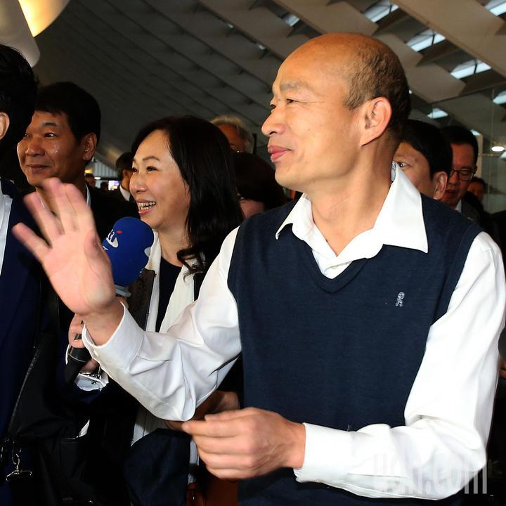 高雄市長韓國瑜夫婦(右及中)就任後首度出訪,24日清晨率團前往馬來西亞、新加坡等地訪問。記者陳嘉寧/攝影