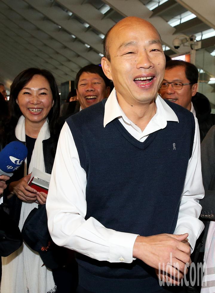 高雄市長韓國瑜(右)就任後首度出訪,24日清晨率團前往馬來西亞、新加坡等地訪問。記者陳嘉寧/攝影
