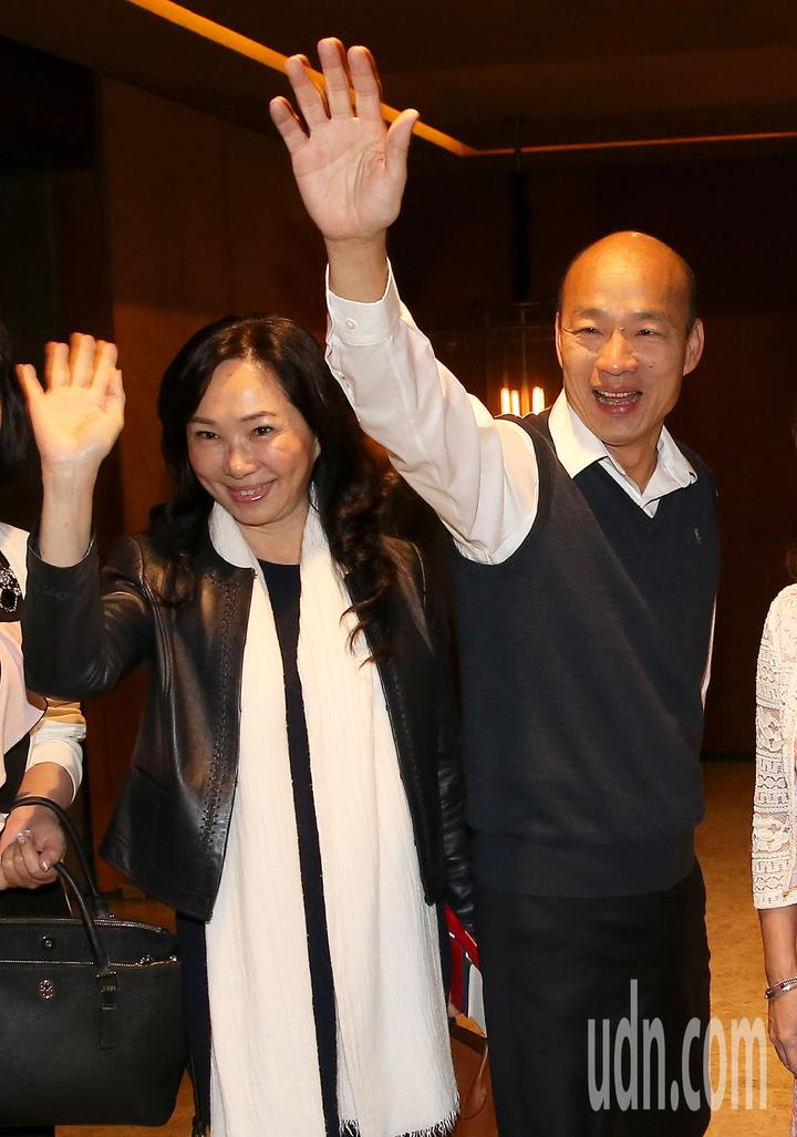 高雄市長韓國瑜(右)夫婦就任後首度出訪,24日清晨率團前往馬來西亞、新加坡等地訪問。記者陳嘉寧/攝影