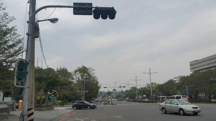 昨晚紅色轎車直行澄清路,要左轉至圓山路,疑似未等燈號亮起就左轉。記者徐白櫻/攝影