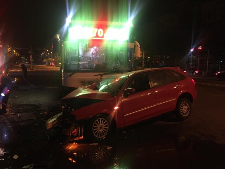 21歲劉姓男子載19歲女友出門,在澄清路與圓山路口發生車禍。記者徐白櫻/翻攝