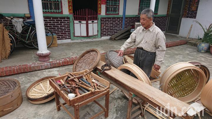 黃復興表示,許多手工蒸籠工具都是自己研發的。記者卜敏正/攝影