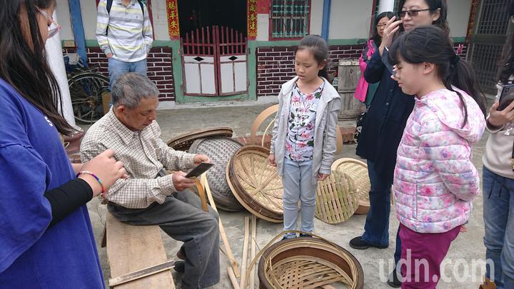 黃復興示範如何剖開竹子。記者卜敏正/攝影