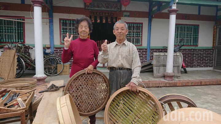 黃復興和妻子黃吳草, 製作手工蒸籠超過1甲子。記者卜敏正/攝影