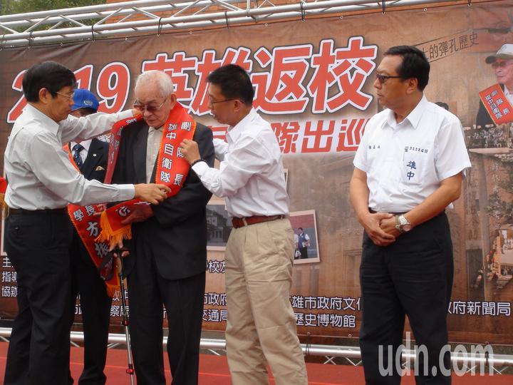 高雄市政府祕書長楊明州(左一)為當年雄中自衛隊副隊長陳仁悲披上彩帶。記者謝梅芬/攝影