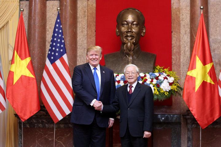 美國總統川普,26日抵達越南後,不急著與金正恩會面,27日先拜訪越南國家主席暨越共總書記阮富仲,一同見證越南民航業者與波音公司簽下110架客機訂單。歐新社