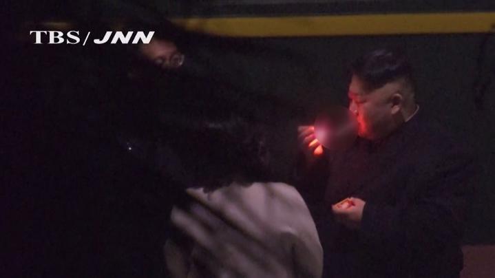 受到全球矚目的「川金二會」27日晚間就要正式登場,美國總統川普和北韓最高領導人金正恩在峰會前的一舉一動都是各國媒體追逐的焦點;金正恩抵達前,就被日媒捕捉到在中國廣西南寧車站,趁機放風抽菸的獨家畫面。美聯社