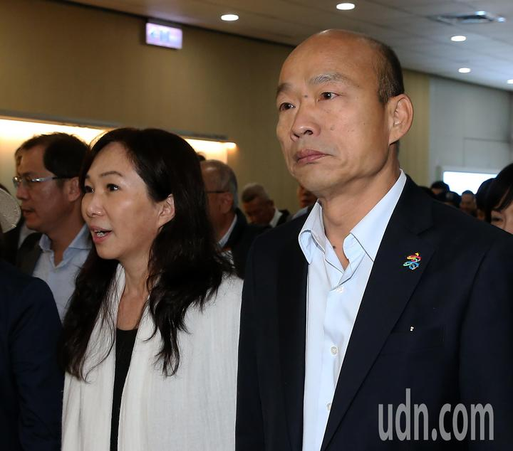 高雄市長韓國瑜夫婦(右及中)結束馬來西亞及新加坡招商訪問行程,28日晚間搭乘中華航空公司班機返抵桃園機場,此行共帶回近2億元的農漁產品銷售契約。記者陳嘉寧/攝影