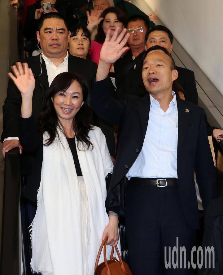 高雄市長韓國瑜夫婦(前排右及左)結束馬來西亞及新加坡招商訪問行程,28日晚間搭乘中華航空公司班機返抵桃園機場,此行共帶回近2億元的農漁產品銷售契約。記者陳嘉寧/攝影