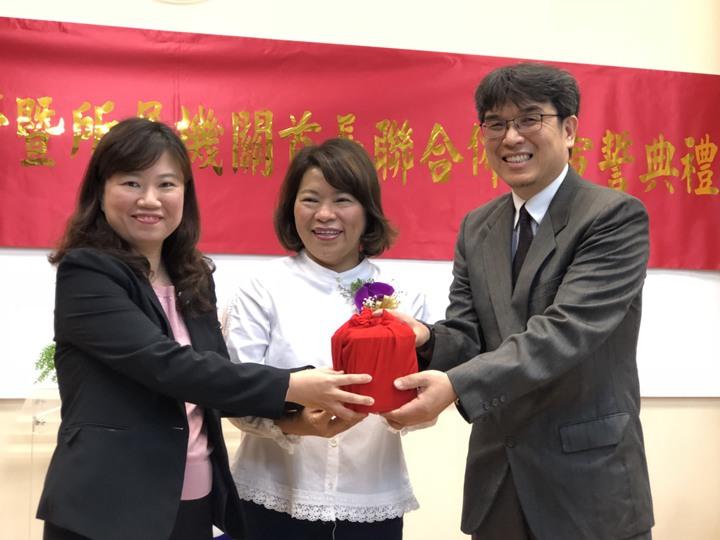 嘉義市衛生局長張耀懋(右)今天上任,第三度從代理局長、衛生局副局長廖育瑋(左)手中接回印信。記者王慧瑛/攝影