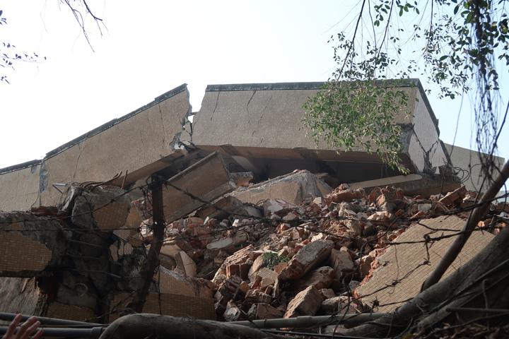 高雄市七賢國中舊校舍執行拆除作業時突然坍塌。記者徐如宜/攝影