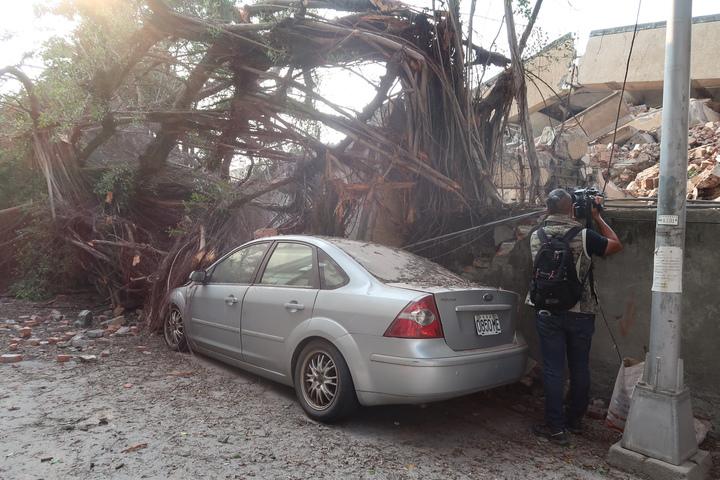 高雄市七賢國中舊校舍執行拆除作業時突然坍塌,樹木圍牆傾倒壓毀車輛。記者徐如宜/攝影