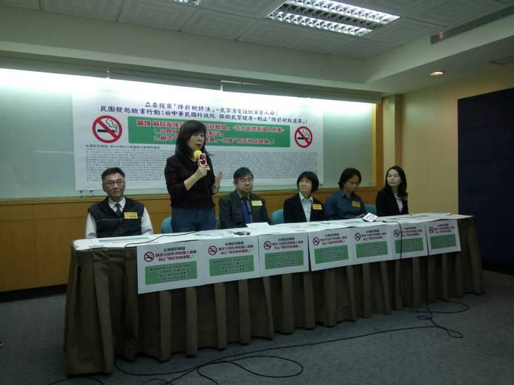 董氏基金會菸害防制中心組長林清麗指出,WHO已證實提高菸稅,是以價制量、預防少年吸菸最有效的菸害防制政策。記者陳婕翎/攝影
