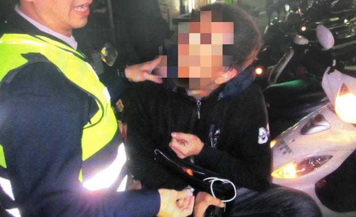 姜男把機車車牌翹高躲測速,卻因此被警攔查,被查出持有毒品。圖/警方提供