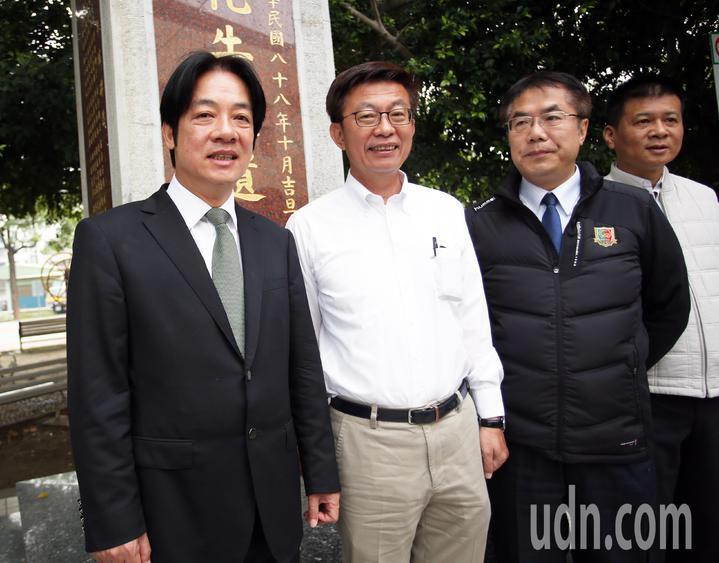 行政院前院長賴清德(左)與台南市長黃偉哲(右二)陪同民進黨提名的立委補選候選人郭國文(中)投票。記者劉學聖/攝影