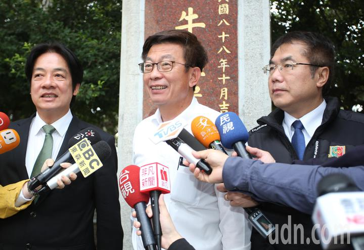 行政院前院長賴清德(左)與台南市長黃偉哲(右)陪同民進黨提名的立委補選候選人郭國文(中)投票,隨後受訪。記者劉學聖/攝影