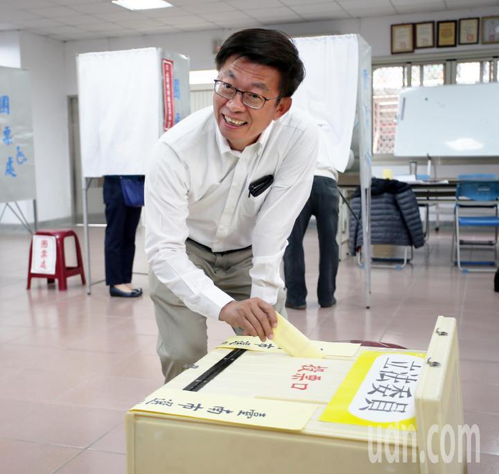 民進黨提名的立委補選候選人郭國文今天上午一大早就準時出現在台南善化投票所投票。記者劉學聖/攝影