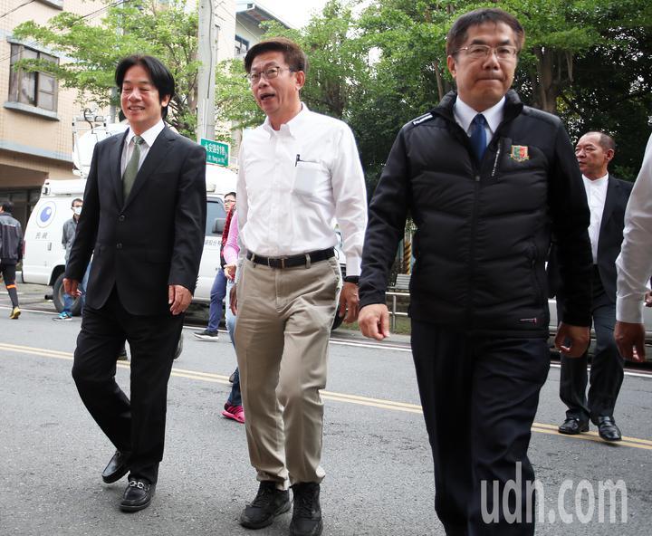 行政院前院長賴清德(左)與台南市長黃偉哲(右)陪同民進黨提名的立委補選候選人郭國文(中)投票。記者劉學聖/攝影