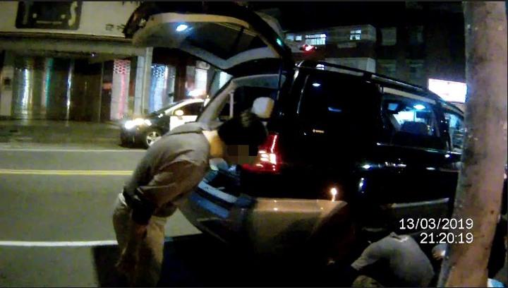警方聯繫上汽車修配店家到場換輪胎,警民合作讓李女一家三口順利返家用餐。記者林佩均/翻攝