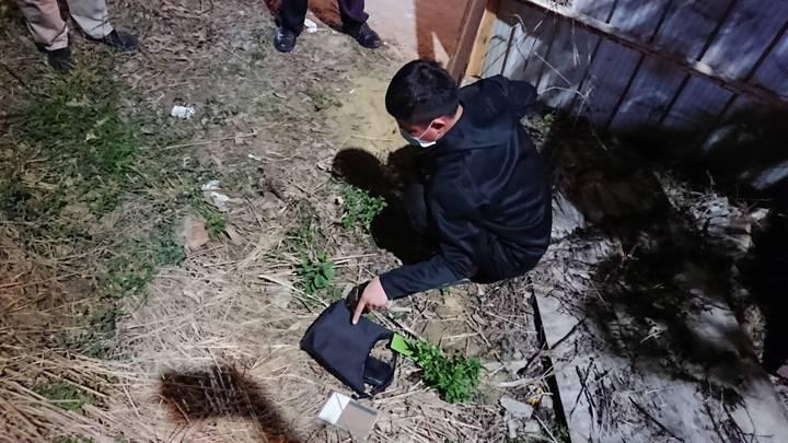 警方透過嫌犯找出被害人的側背包。記者徐白櫻/翻攝