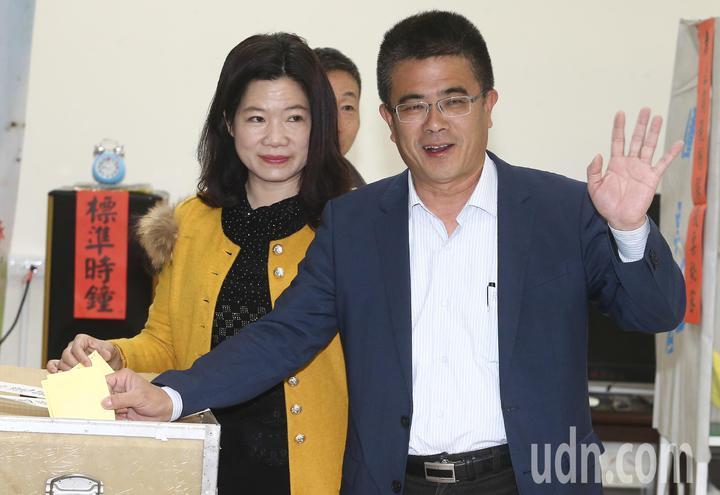 民進黨立委補選候選人黃振彥(右)前往彰化鹿港投票。記者黃仲裕/攝影