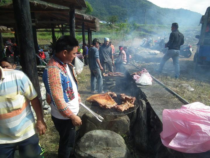 族人也將宰殺的豬肉,在現場火烤,並分享給一位親朋好友,以及遠到的好朋友。記者尤聰光/攝影