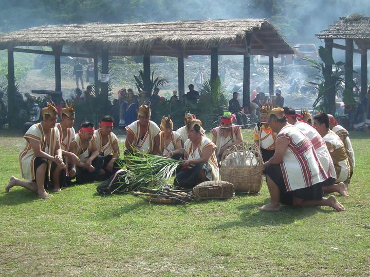 台東延平鄉武陵部落今天舉辦台東布農族年度首場重要節慶「射耳祭」,透過祭儀表演與大家分享喜悅。記者尤聰光/攝影