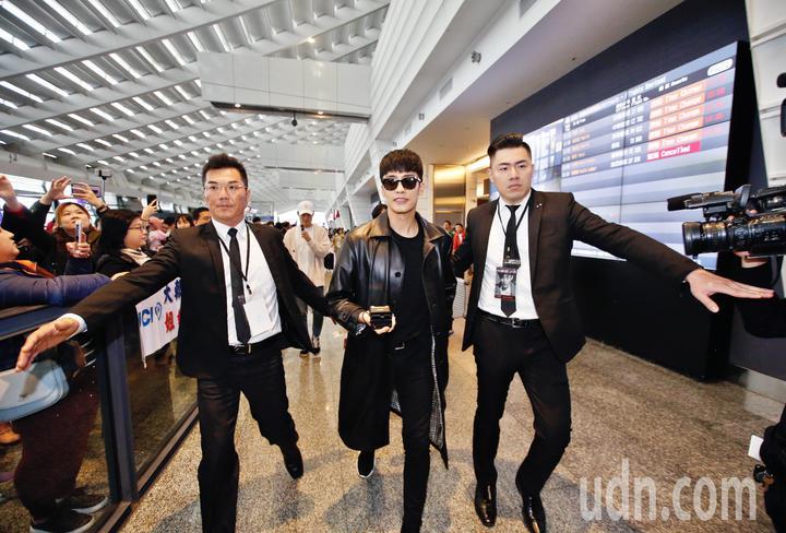 韓星成勛中午抵台,成勛穿著一身黑,在入境大廳約有超過50名粉絲尖叫迎接,隨後在保全護衛下搭車離去。記者鄭超文/攝影