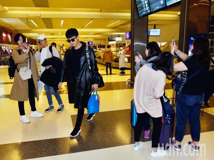 韓星成勛中午抵台,成勛穿著一身黑,一路上有粉絲拍照。記者鄭超文/攝影