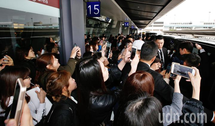 韓星成勛中午抵台,約有超過50名粉絲尖叫迎接。記者鄭超文/攝影