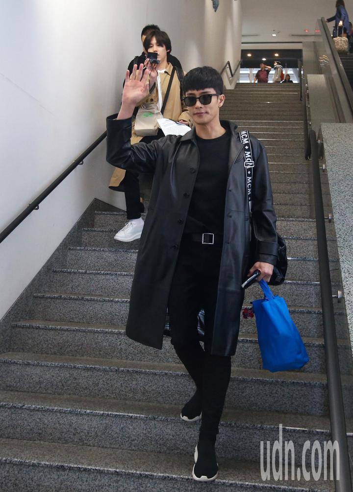 韓星成勛中午抵台,成勛穿著一身黑向粉絲揮手致意。記者鄭超文/攝影