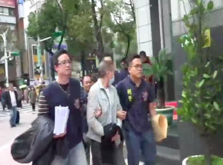 警方將傅男等人逮捕。記者李承穎/翻攝