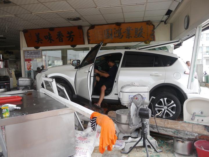 休旅車衝入烤鴨店,一名15歲女顧客因此受傷送醫。記者徐白櫻/攝影