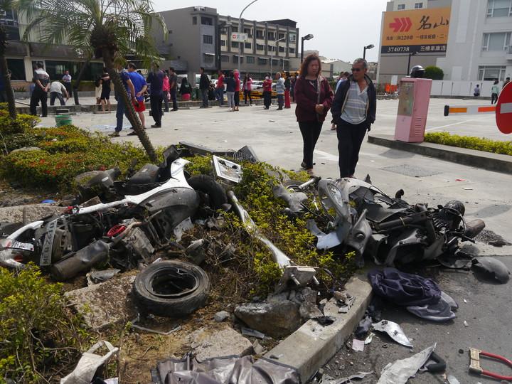 預拌混凝土車先衝撞7輛停放在麥當勞停車場的機車,再往前衝撞兩部轎車。記者徐白櫻/攝影