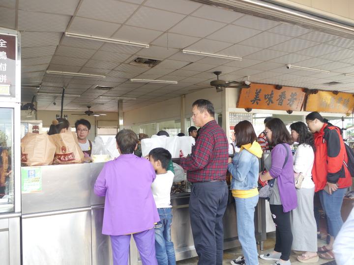 車禍事故發生後,仁武烤鴨店照常營業。記者徐白櫻/攝影
