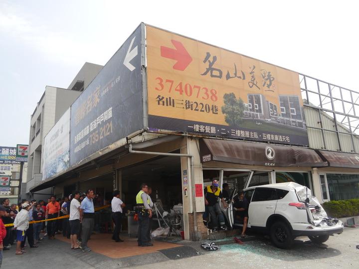 白色休旅車因混凝土車從後方追撞而衝入烤鴨店內。記者徐白櫻/攝影