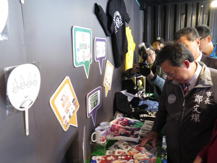 響應329青年節,桃園市政府青年事務局以「SHOW TRUE TITLE」為口號於今天在全新改裝的G10貨櫃市集宣布「青年抬頭節」系列活動起跑,貨櫃市集內有一處販售青年創作的快閃店。記者張裕珍/攝影